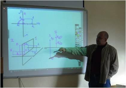Andrés Carlos impartiendo clase con pizarra digital